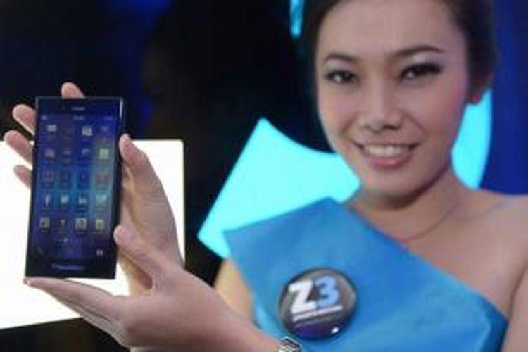 Model memperlihatkan BlackBerry Z3 Jakarta edition di acara peluncuran perdana di Jakarta, 13 Mei 2014. Smartphone ini andalan baru BlackBerry yang sengaja dibikin untuk menyasar pasar negara berkembang seperti Indonesia, benteng terakhir buat produsen Kanada tersebut.
