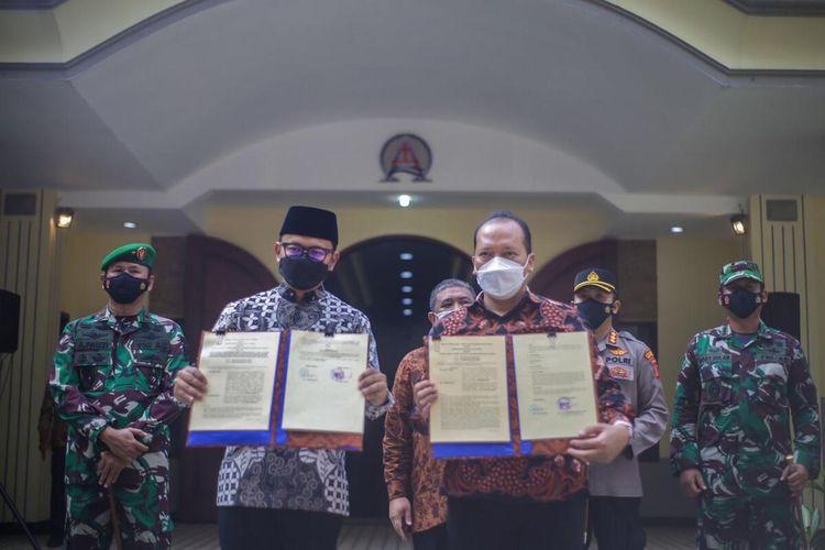 Wali Kota Bogor Bima Arya Sugiarto menyerahkan berita acara serah terima (BAST) hibah lahan di GKI Pengadilan, Kota Bogor, Minggu (13/6/2021).