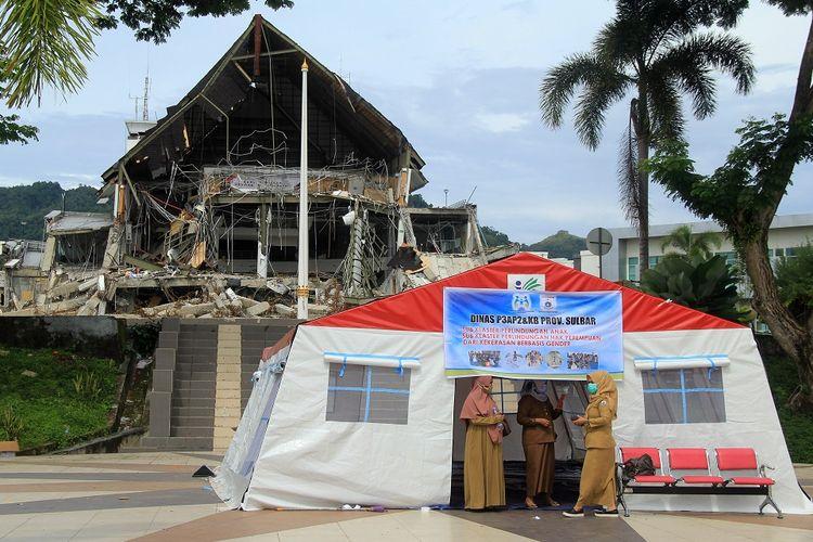 Sejumlah Aparatur Sipil Negara (ASN) beraktivitas di tenda depan kantor gubernur yang roboh di Mamuju, Sulawesi Barat, Senin (1/2/2021). Pascagempa bumi yang merusak sebagian kompleks perkantoran gubernur, hari ini, Senin (1/2), ASN mulai kembali berkantor di tenda untuk sementara waktu. ANTARA FOTO / Akbar Tado/foc.