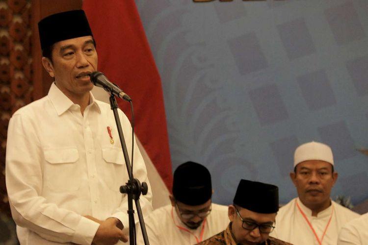 Presiden Joko Widodo melakukan pertemuan dengan ulama dan pimpinan pondok pesantren atau dayah yang ada di Aceh, Jumat (14/12/2018). Dalam pertemuan yang berlangsung di salah satu hotel di Banda Aceh, Jokowi menyampaikan akan segera menyelesaikan rancangan undang-undang terhadap pesantren.