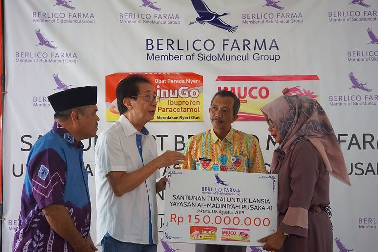 PT Berlico Mulia Farma memberikan bantuan sejumlah Rp 150 juta untuk Panti Jompo Pusat Layanan Santunan Keluarga (Pusaka) 41 binaan Yayasan Al-Madiniyah, Cengkareng, Jakarta, Kamis (8/8/2019).