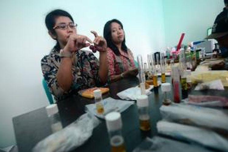 Petugas Dinas Perindustrian dan Perdagangan Kabupaten Bogor, sedang menguji lab makanan yang diambil dari para pedagang di Pasar Citeureup, Kamis (2/10/2014). Dalam hasil lab, ditemukan zat berbahaya seperti formalin dan rhodamin di dalam makanan dan buah. K97-14