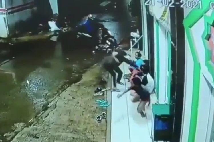 Tangkapan layar video empat remaja jadi korban penjambretan ponsel di Pondok Kacang Barat, Pondok Aren, Tangerang Selatan.