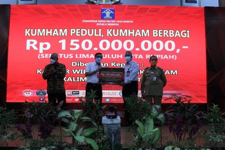 Kementerian Hukum dan HAM memberi bantuan kepada masyarakat yang terdampak bencana di Indonesia, Senin (12/4/2021).