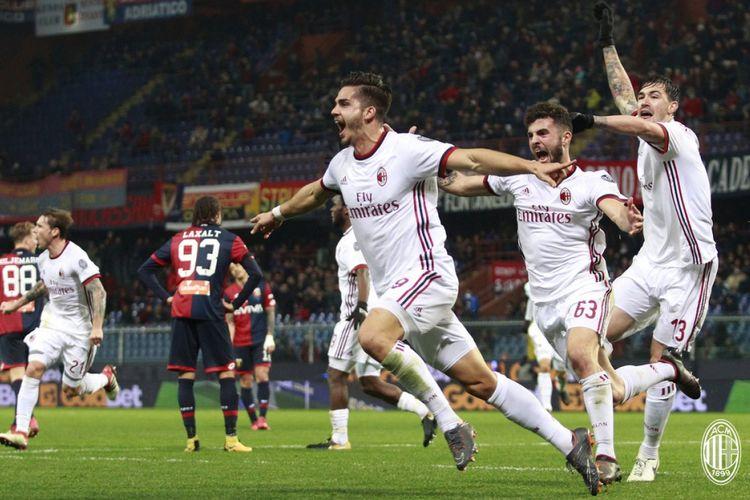 Andre Silva merayakan gol kemenangan AC Milan atas Genoa di Stadion Luigi Ferraris, Minggu (11/3/2018).