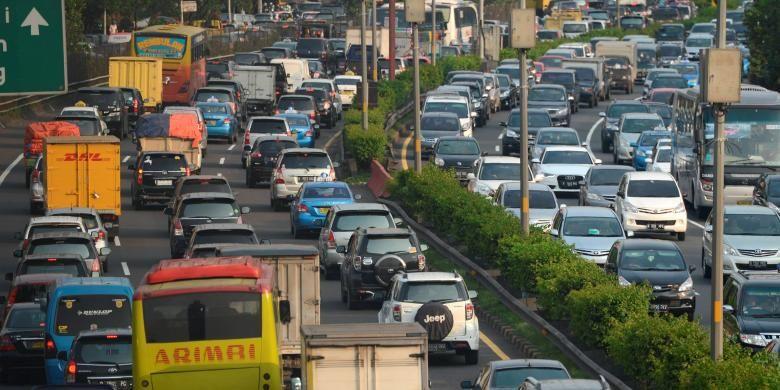 Kemacetan pada jam pulang kerja di jalan tol dalam kota Jakarta. Bonus demografi yang ditandai pertumbuhan kelas menengah yang mencapai 60 persen jumlah penduduk Indonesia ini menjadi pemicu naiknya konsumsi energi.