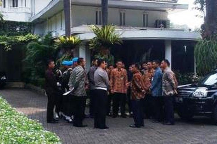 Foto Paspampres mulai mengambil tugas mengawal Jokowi di rumah dinasnya, Sabtu (23/8/2014).