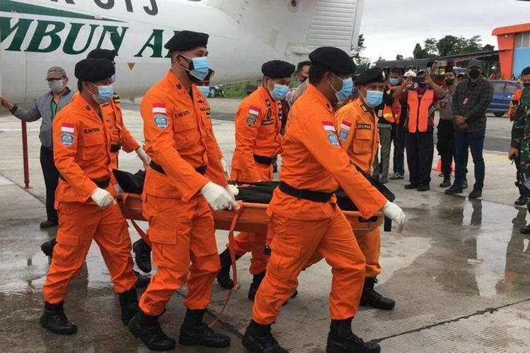 Tim SAR membawa salah satu jenazah kru pesawat Rimbun Air yang tiba di Bandara Mozes Kilangin Timika, Kamis (16/9/2021)