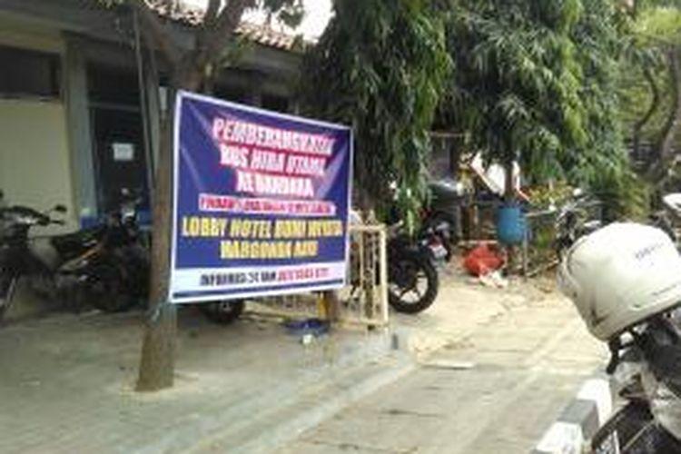 Spanduk pengumuman pengalihan tempat pemberangkatan bus Hiba Utama Bandara Soekarno-Hatta karena penutupan Terminal Depok, Rabu (8/10/2014).