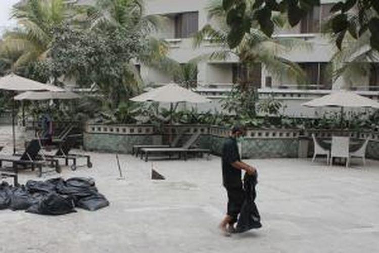 Hotel Santika Premiere Jogja, Jumat (14/2/2014) dilanda hujan abu. Mulai dari kolam renang, taman, area parkir, sampai atap hotel pun sebagian besar tertutup abu pasca erupsi Gunung Kelud di Kediri, Jatim.