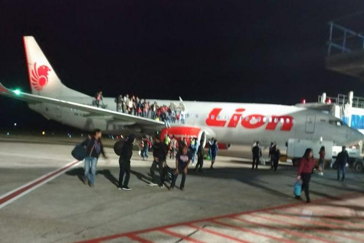 Penumpang Lion Air keluar dari dalam pesawat melalui pintu darurat, Senin (28/5/2018) malam. Kejadian berawal ketika seorang penumpang berinisial F, asal Wamena Papua bercanda terkait adanya bom.