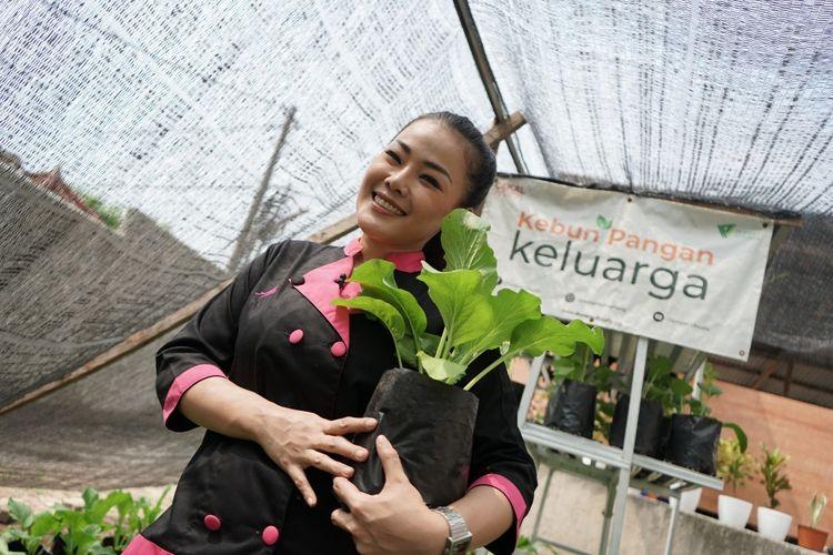 Chef Aiko Sarwosri Isra, saat menyambangi Kebun Pangan Keluarga dari Dompet Dhuafa dan berbagi tips memasak selama pandemi, di Depok, Minggu (28/7/2020).