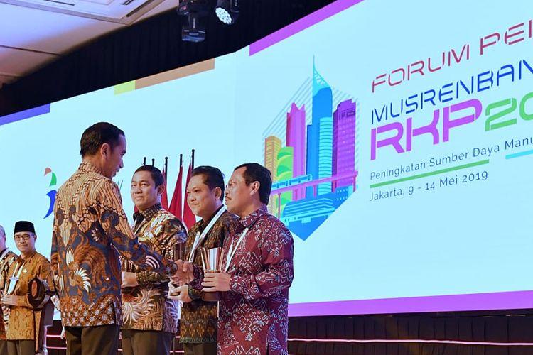 Plh Wali Kota Makassar Andi Hadijah Iriani menerima Penghargaan Pembangunan Daerah (PPD) Tahun 2019 dari Presiden Jokowi, di Jakarta, Kamis (9/5/2019).