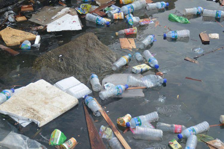 Sampah plastik berserakan di pinggir Pantai Labuan Bajo, Manggarai Barat, Flores, NTT, Rabu (30/8/2017). Buang sampah sembarangan menjadi masalah utama yang terus ditangani oleh Pemda Manggarai Barat maupun lembaga peduli sampah di Manggarai Barat.