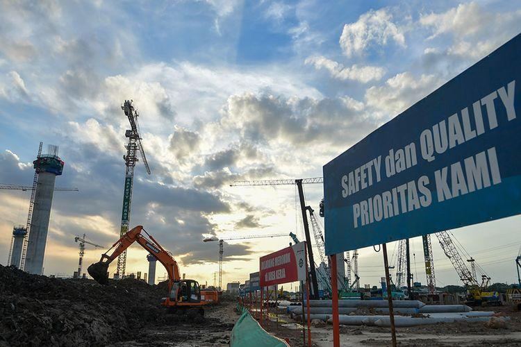 Pekerja menyelesaikan proyek pembangunan Jakarta International Stadium atau Stadion Bersih, Manusiawi dan Wibawa (BMW) di kawasan Papanggo, Tanjung Priok, Jakarta, Selasa (10/3/2020). Saat ini pembangunan proyek Stadion BMW yang akan memiliki kapasitas 80 ribu penonton tersebut telah mencapai tahap pekerjaan struktur bagian bawah dan struktur atas dengan persentase 19,6 persen.