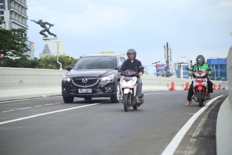 Pengendara melintas di jalan layang Pancoran usai dibuka di Jalan Layang Pancoran, Jakarta, Selasa (16/01/2018). Petugas Kepolisian dan Dinas Bina Marga DKI Jakarta melakukan pembukaan arus lalu lintas jalan layang Pancoran sebagai salah satu upaya untuk mengurangi kemacetan di jalan protokol Ibu Kota