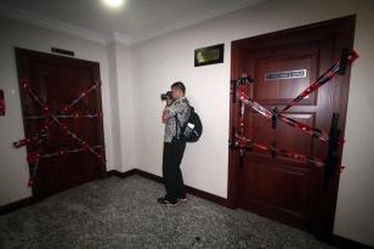 Wartawan memotret pintu masuk ke dalam ruangan Ketua Mahkamah Konstitusi dengan inisial AM yang telah disegel Komisi Pemberantasan Korupsi di Gedung MK, Jakarta, Kamis (3/10/2013). AM ditangkap penyidik KPK bersama 5 orang lainnya karena diduga terlibat dalam tindak pidana korupsi terkait pengurusan sengketa pilkada Gunung Mas Kalimantan Tengah.