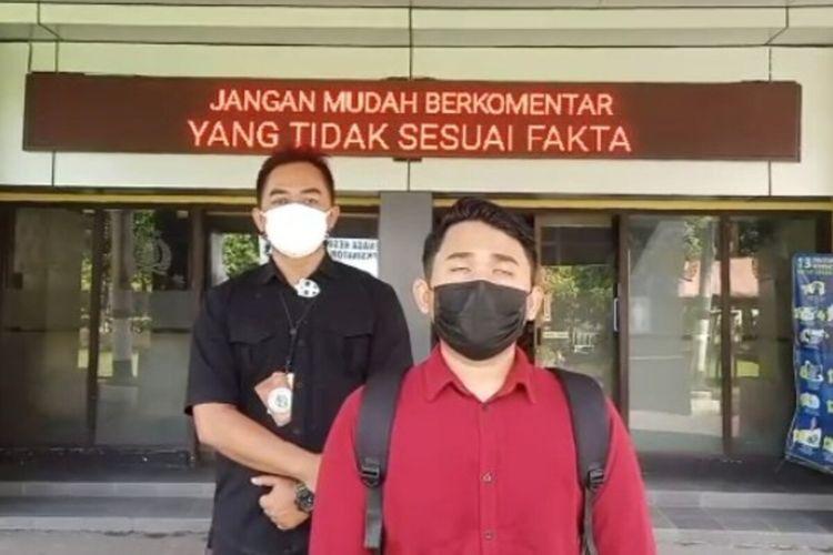 Pemuda asal Slawi berinisial AW didampingi anggota Polresta Solo saat meminta maaf atas postingannya bernada menghina di Mapolresta Solo, Jawa Tengah, Senin (15/3/2021).
