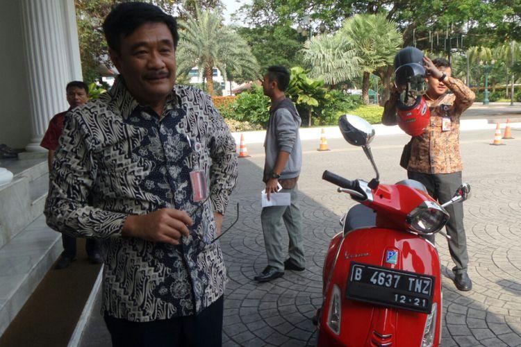 Gubernur DKI Jakarta Djarot Saiful Hidayat saat turun dari Vespa di Balai Kota, Jumat (6/10/2017).