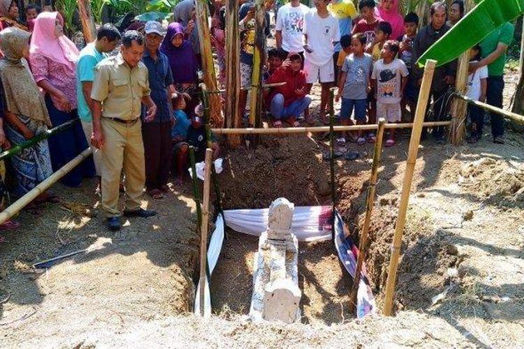 Warga Desa Kumpulrejo, Patebon, Kendal digegerkan dengan penemuan makam kuno di sebuah kebun pisang di desanya