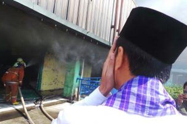 Gubernur Jakarta Joko Widodo meninjau lokasi kebakaran di Pasar Senen, Jakarta Pusat, Jumat (25/4/2014).