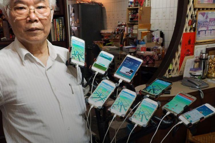 Chen San-yuan, kakek asal Taiwan memasang 11 smartphone di setang sepeda untuk bermain Pokemon Go