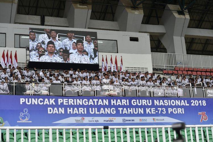 Presiden Republik Indonesia, Joko Widodo (Jokowi) pada Puncak Peringatan Hari Guru Nasional 2018 dan Hari Ulang Tahun ke-73 Persatuan Guru Republik Indonesia (PGRI), di Stadion Pakansari, Kabupaten Bogor, Jawa Barat, Sabtu (1/12/2018).