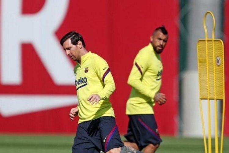 Penyerang sekaligus kapten Barcelona, Lionel Messi, saat menjalani sesi latihan di  Ciutat Esportiva Joan Gamper pada 18 Mei 2020.