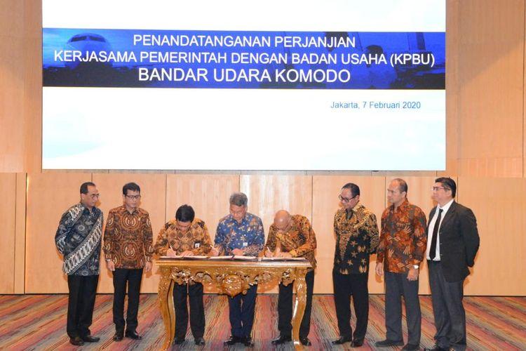 Menteri Perhubungan Budi Karya Sumadi menyaksikan penandatanganan perjanjian Kerjasama Pemerintah-Badan Usaha (KPBU) Bandar udara Komodo antara Kementerian Perhubungan dengan konsorsium PT Cardig Aero Service Tbk (CAS)-Cangi Singapura, di Jakarta, Jumat (7/02/2020).