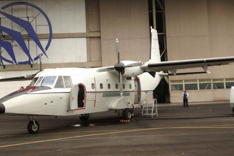 Pesawat NC212i di depan hangar perakitan PT Dirgantara Indonesia (PT DI) di Bandung, Jawa Barat.