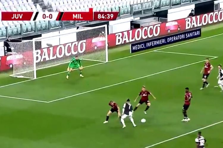 Aksi percobaan dribel Cristiano Ronaldo pada laga Juventus vs AC Milan, Sabtu (13/6/2020) dini hari WIB.