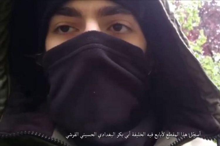 Tangkapan gambar yang diambil dari video yang dirilis pada Minggu (13/5/2018) oleh Amaq, media propaganda kelompok Negara Islam. Video tersebut diklaim sebagai Khamzat Azimov, pelaku teror penikaman di Paris, Perancis, Sabtu (12/5/2018) malam. (AFP/Amaq)