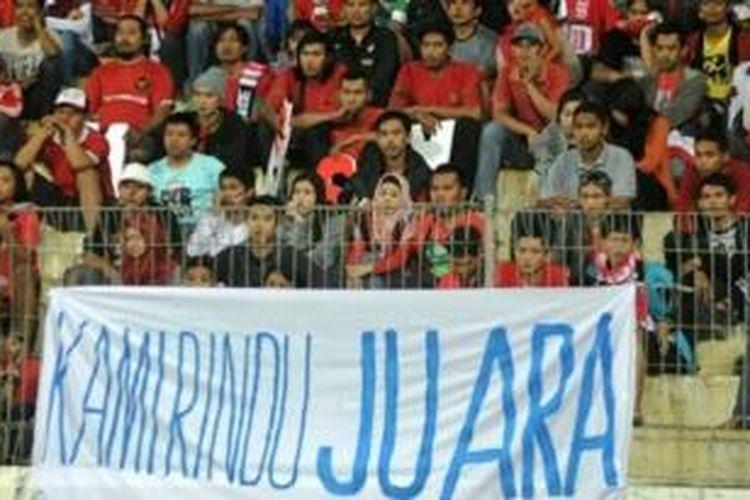 Suporter Indonesia saat menyaksikan timnas U-19 bertanding melawan Thailand pada lanjutan penyisihan Grup B Piala AFF U-19 di Stadion Delta Sidoarjo, Senin (16/9/2013).
