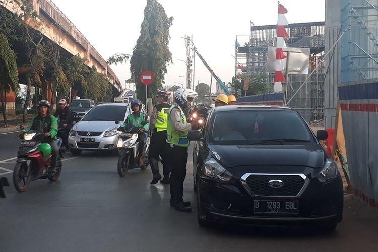 Suasana penindakan pelanggar ganjil genap di Jalan DI Panjaitan, Jakarta Timur, Selasa (10/9/2019) sore.