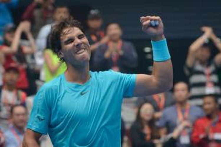 Petenis Spanyol, Rafael Nadal mengepalkan tangan setelah memastikan kemenangan atas Fabio Fognini  dari Italia, pada babak perempat final China Open yang berlangsung di Beijing, Jumat (4/10/2013). Nadal won 2-6, 6-4, 6-1.
