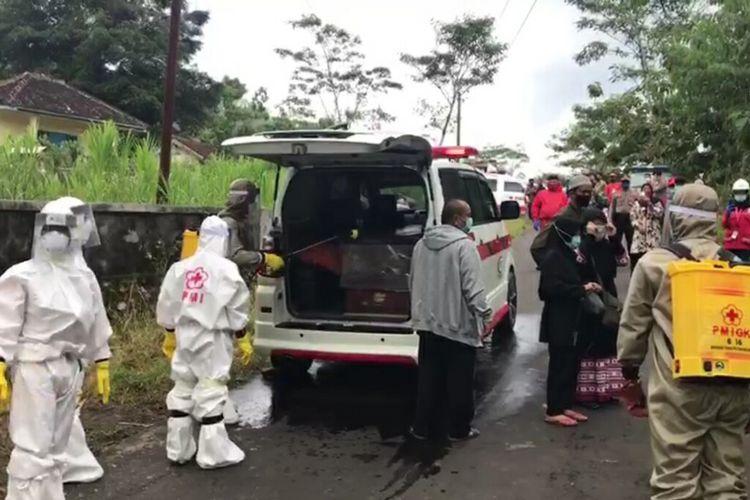 Pemakaman menggunakan Protokol Penanganan Covid-19 Warga Asal Tangerang, Banten, di Wilayah Kecamatan Ponjong, Gunungkidul Kamis (24/4/2020)