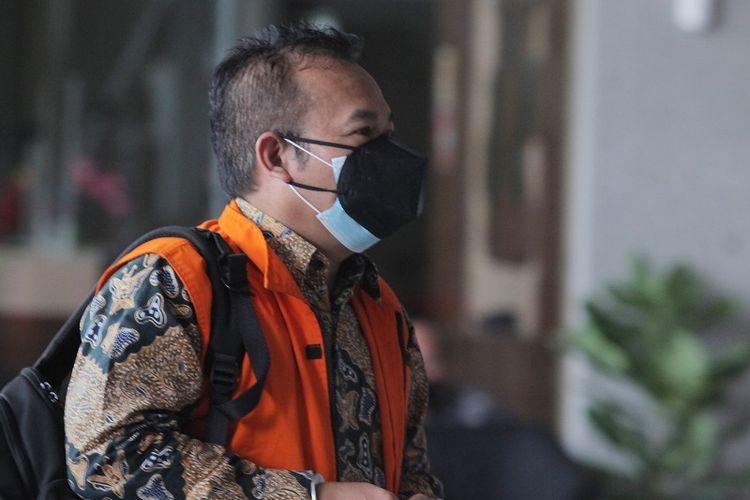 Terdakwa Pejabat pembuat komitmen di Kementerian Sosial, Adi Wahyono tiba untuk menjalani persidangan di Gedung Merah Putih KPK, Jakarta, Rabu (4/8/2021). Sidang tersebut dengan agenda pemeriksaan saksi yang dihadirkan oleh Jaksa Penuntut Umum KPK dalam tindak pidana korupsi kasus menerima atau memberi suap sebesar Rp14,5 miliar terkait Bantuan Sosial penanganan pandemi COVID-19 untuk wilayah Jabodetabek di Kementerian Sosial Tahun 2020.       ANTARA FOTO/ Reno Esnir/aww.