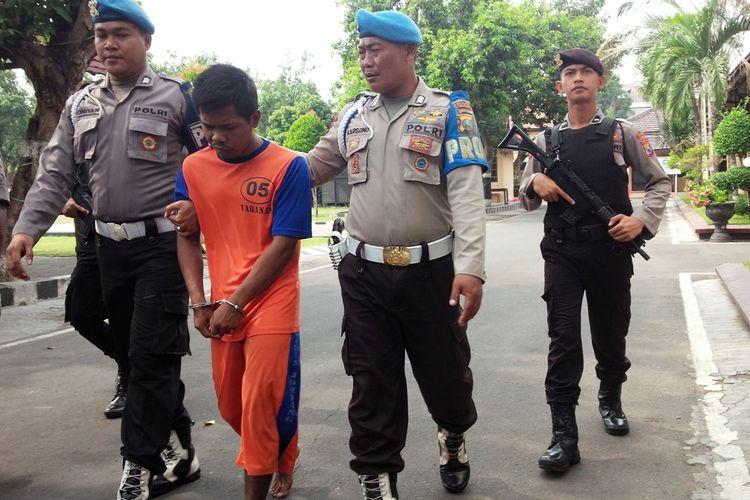 Adi Indra Purnama saat digelandang petugas keluar dari ruang tahanan di Mapolres Jombang, Jawa Timur, Sabtu (2/11/2019).