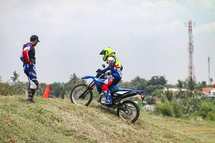 Cara melewati tanjakan menggunakan motor trail