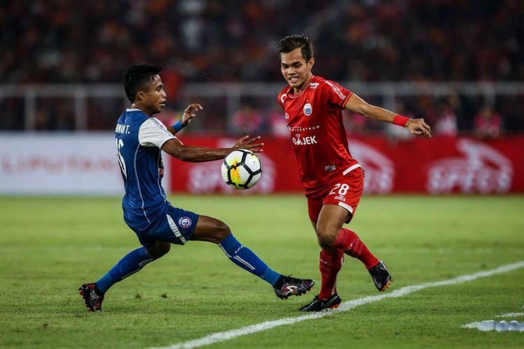 Pemain Persija Jakarta Rezaldi Hehanussa berebut bola dengan pemain Arema Malang saat Liga 1 di Stadion Utama Gelora Bung Karno, Jakarta, Sabtu (31/3/2018). Persija menang dengan skor 3-1.