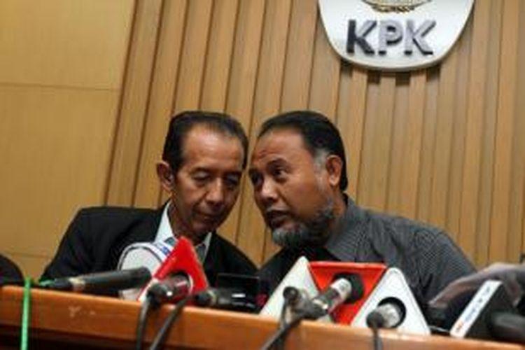 Dua pimpinan Komisi Pemberantasan Korupsi (KPK) Bambang Widjojanto (kanan) dan Zulkarnain saat memberikan keterangan kepada wartawan terkait penetapan status tersangka Menteri ESDM Jero Wacik, di Kantor KPK, Jakarta, Rabu (3/9/2014). Politisi Partai Demokrat tersebut diduga melakukan tindak pidana korupsi terkait pengadaan proyek di Kementerian ESDM 2011-2013.