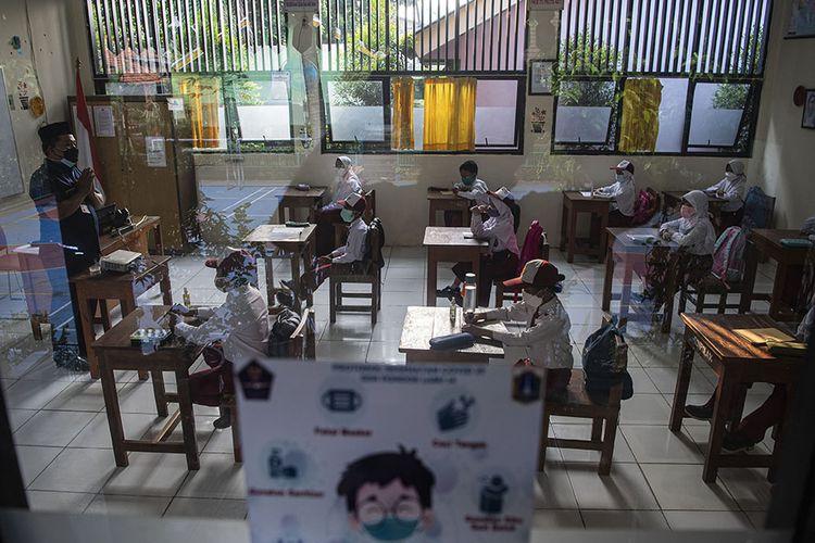 Sejumlah siswa mengikuti pembelajaran tatap muka di SDN Pondok Labu 14 Pagi, Jakarta Selatan, Senin (30/8/2021). Sebanyak 610 sekolah di Ibu Kota menggelar pembelajaran tatap muka secara terbatas dengan protokol kesehatan ketat.