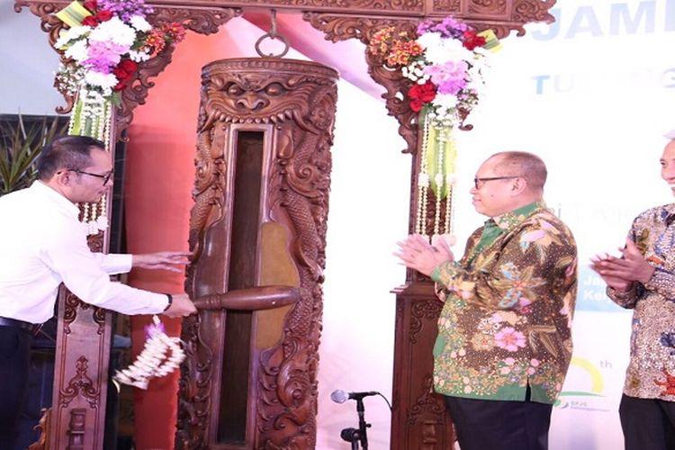 Menaker MHD memukul Kentongan sebagai tanda diresmikannya BPPJS Ketenagakerjaan untuk Perlindungan TKI, bertempat di Pendopo Bupati Tulungagung, Minggu, 30/07/17.