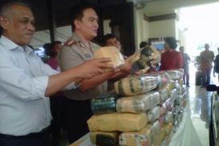 Kapolres Jakarta Utara Komisaris Besar Muhammad Iqbal dengan barang bukti ganja seberat 66 kg dengan nilai Rp 660 Juta.