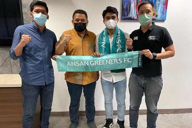 Asnawi Mangkualam (kedua dari kanan) berpose dengan atribut Ansan Greeners FC, klub kasta kedua Korea Selatan. Di sebelah kiri Asnawi Mangkualam berdiri agen Gabriel Budi.