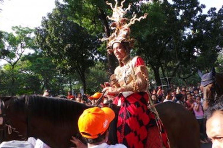 Gubernur DKI Jakarta menunggang kuda saat Jakarnaval, Minggu (30/6/2013).