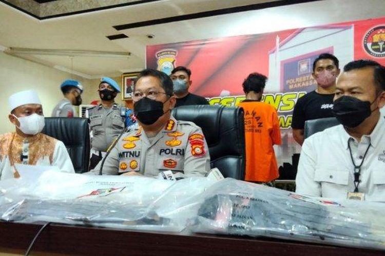 Konferensi pers penangkapan pembakar mimbar Masjid Raya Makassar di Markas Kepolisian Resor Kota Besar Makassar, Sabtu (25/9/2021).
