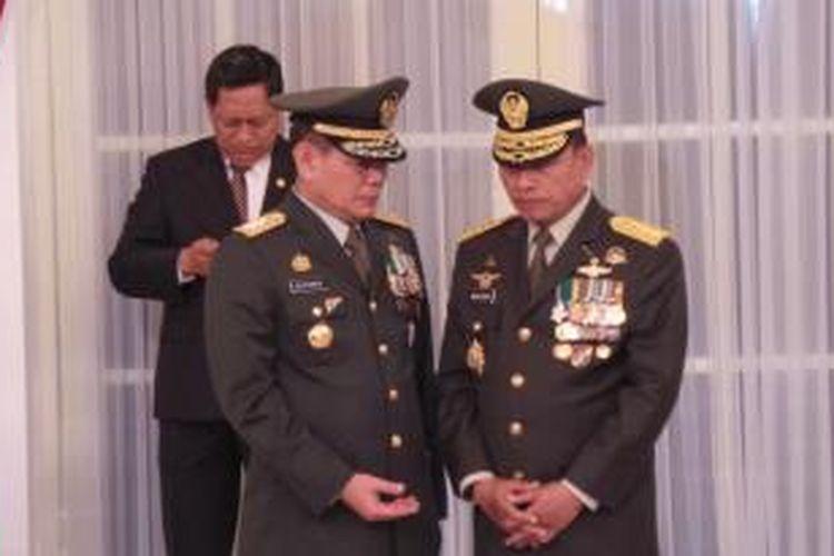 Kepala Staf Angkatan Darat (KSAD) Letjen Budiman (kiri) dan Panglima TNI Jenderal Moeldoko sesaat setelah dilantik oleh Presiden Susilo Bambang Yudhoyono di Istana Negara, Jumat (30/8/2013).