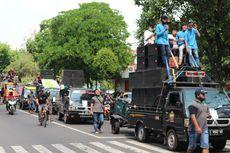 Pekerja Seni Demo di Depan Pendopo Bupati Jombang, Bawa 100 Mobil dan