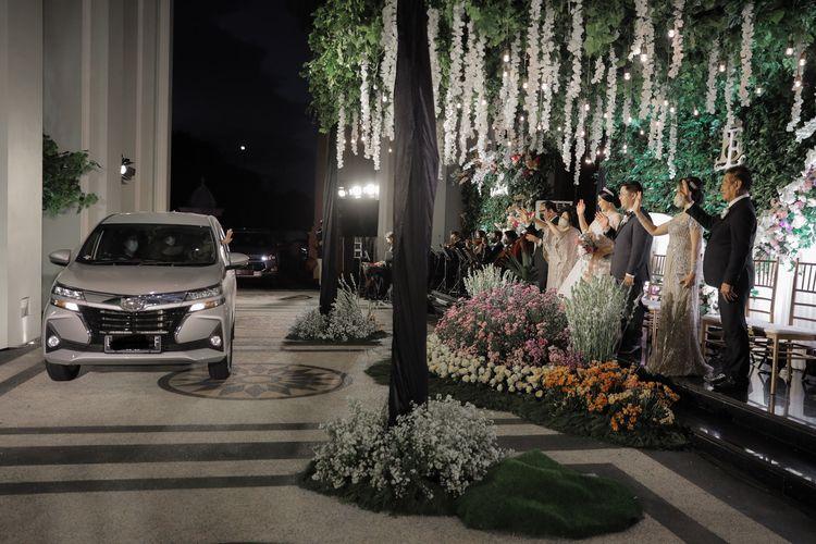 Pada konsep pernikahan drive thru, tamu undangan meminimalisasi kontak dengan mempelai dan tamu lainnya.